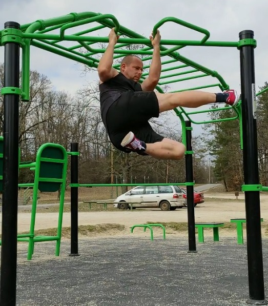 Calisthenics hanging leg raises sideways variation